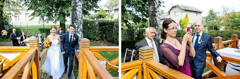 Nevěsta a ženich přichází na svatbu