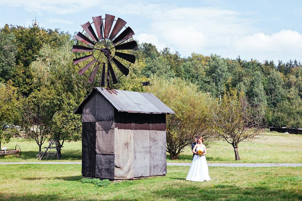 Nevěsta a ženich u větrného mlýna