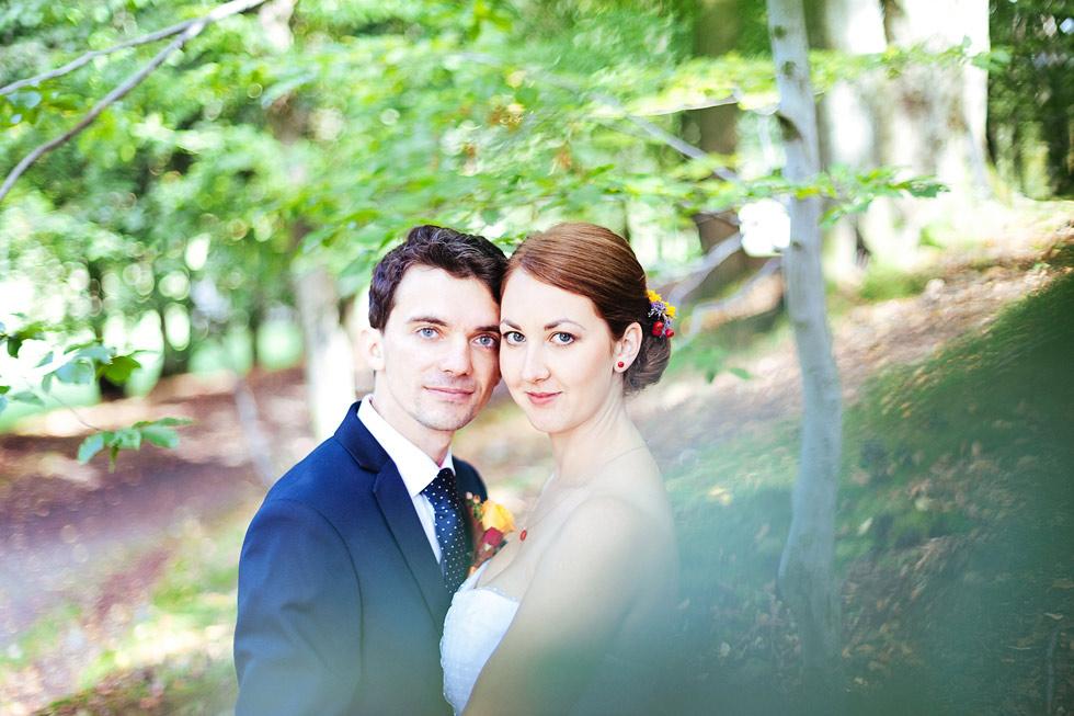 Nevěsta a ženich v lese