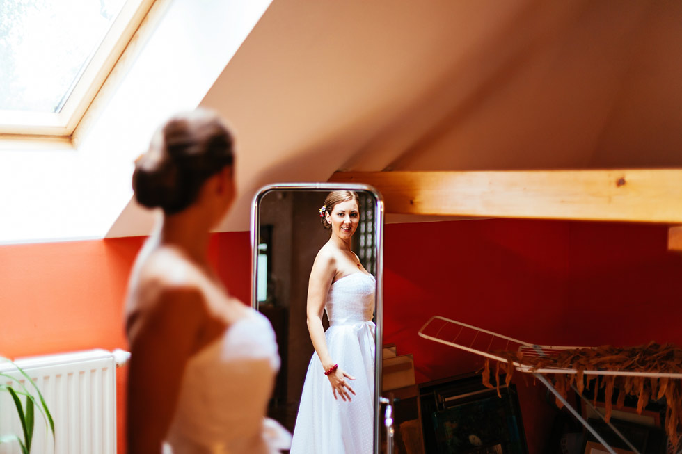 Nevěsta se prohlíží v zrcadle