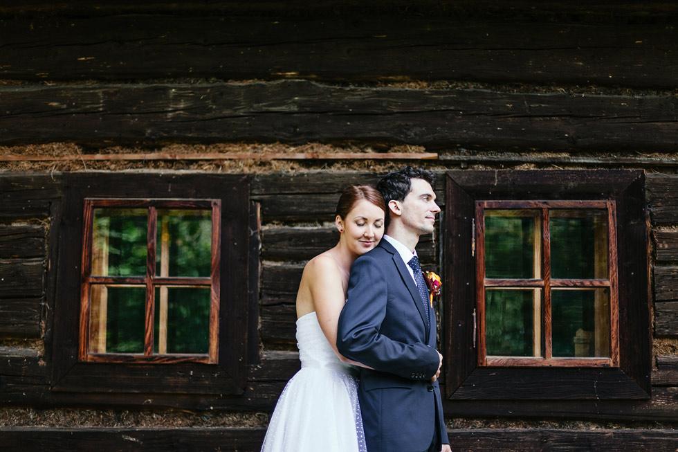 Portrét nevěsty a ženicha před chaloupkou