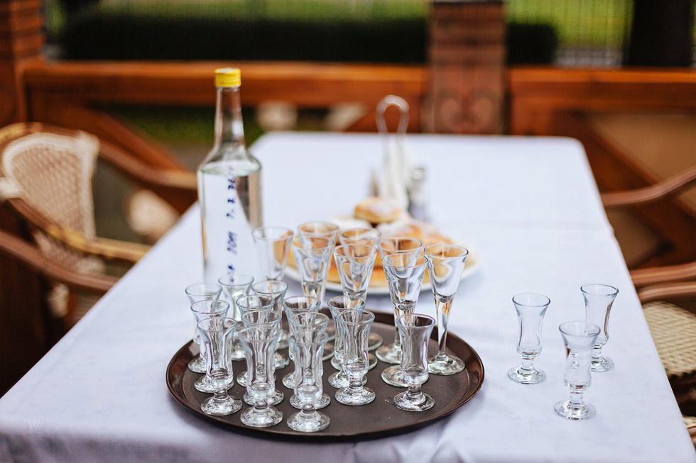 Slivovice na svatební hostině