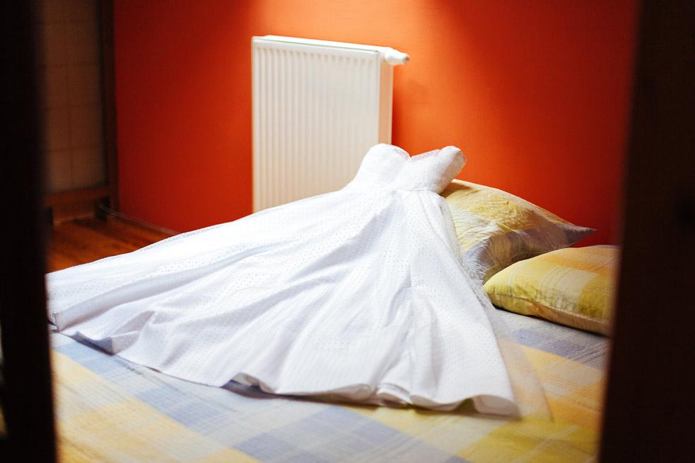 Svatební šaty na posteli