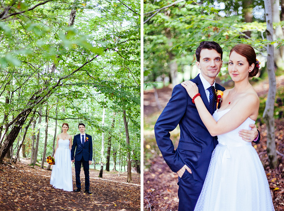 Ženich a nevěsta pozují v lese