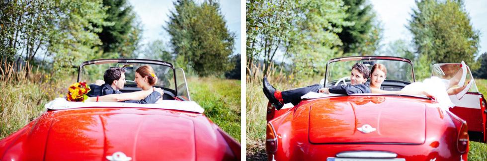 Ženich a nevěsta v autě
