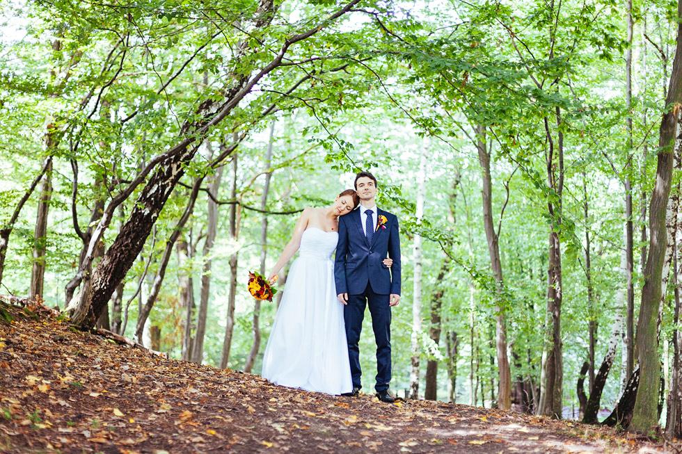 Ženich a nevěsta v lesní uličce