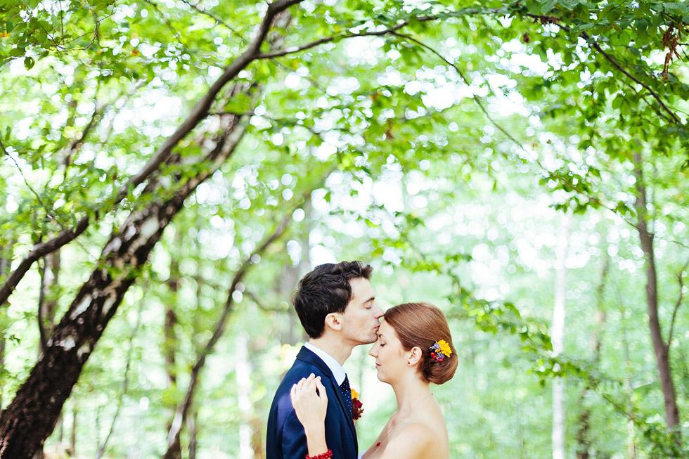 Ženich políbil nevěstu na její krásné čelo