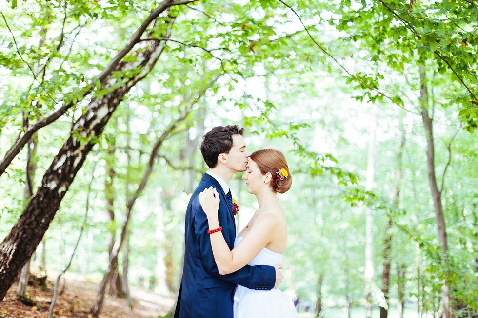 Ženich políbil něžně nevěstu na čelo