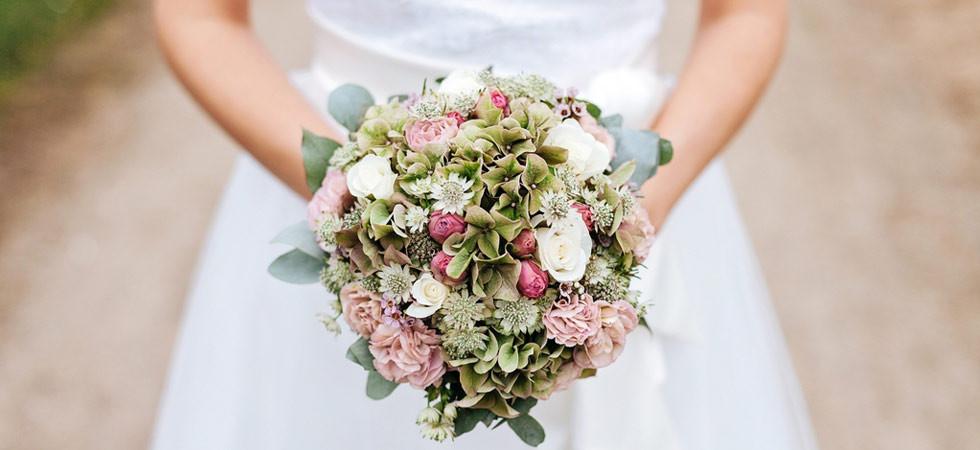 Fotografie svatební kytice, kterou drží nevěsta