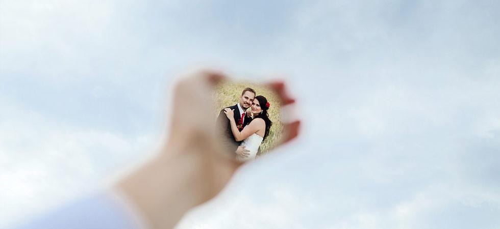 Odraz nevěsty a ženicha v jednom skvělém zrcátku