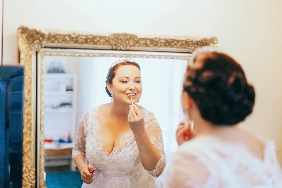 Fotografie nevěsty, která se maluje před zrcadlem