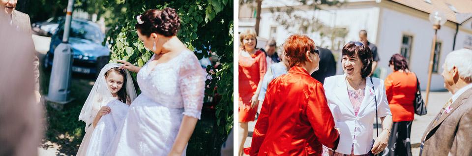 Fotografie svatebních hostů čekajících na nevěstu