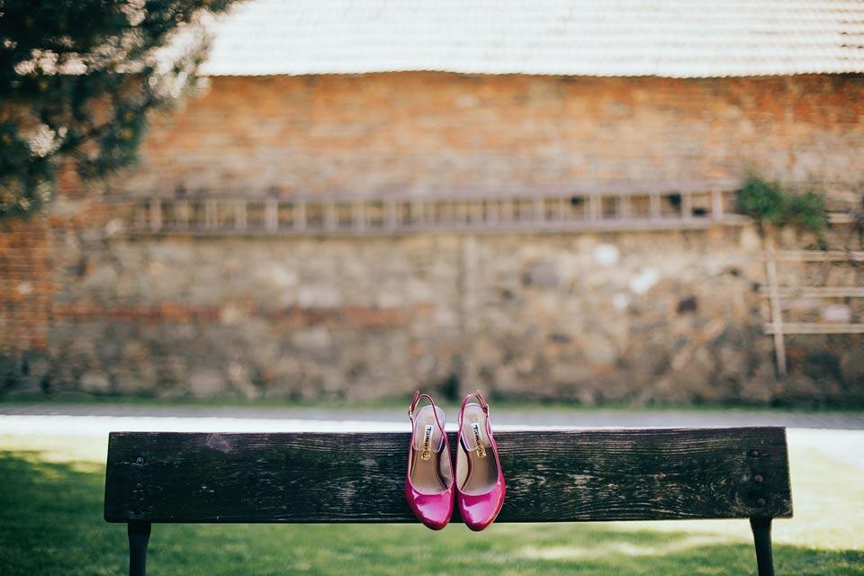 Fotografie svatebních střevíčků na lavičce