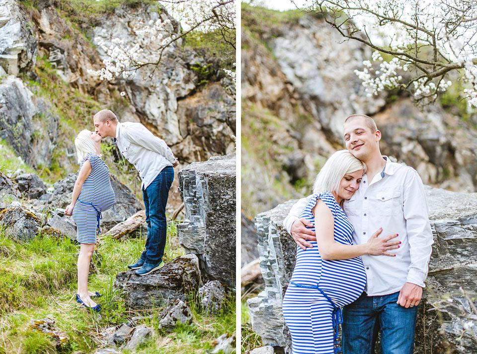 Manžel objímá svou těhotnou ženu
