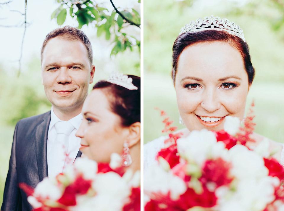 Nevěsta a ženich pózují v sadu plném krásných jabloní