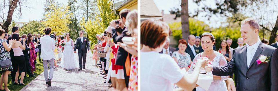 Nevěsta a ženich přicházejí k hostině