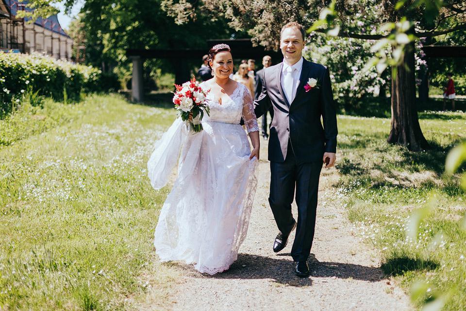 Nevěsta a ženich přicházejí k oltáři