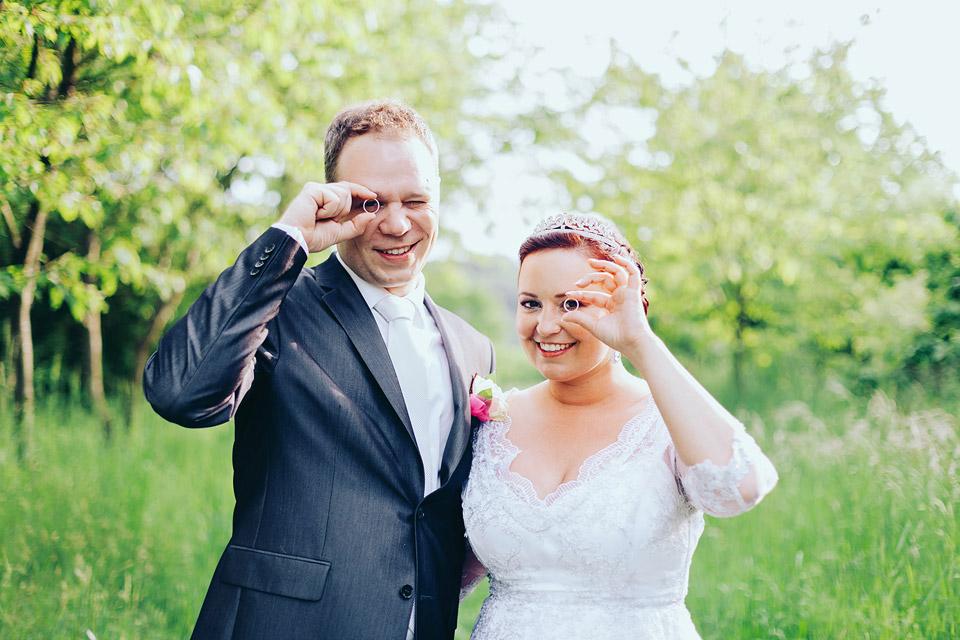 Novomanželé se dívají na skvělého ofotgrafa skrze své prstýnky