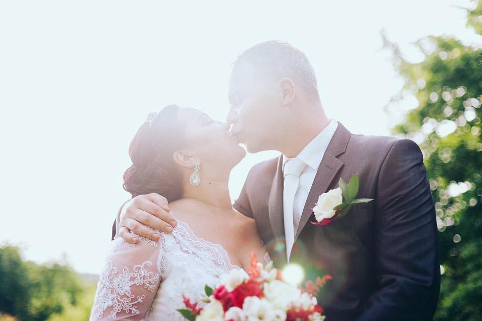 Novomanželský polibek na úžasné fotce proti slunci
