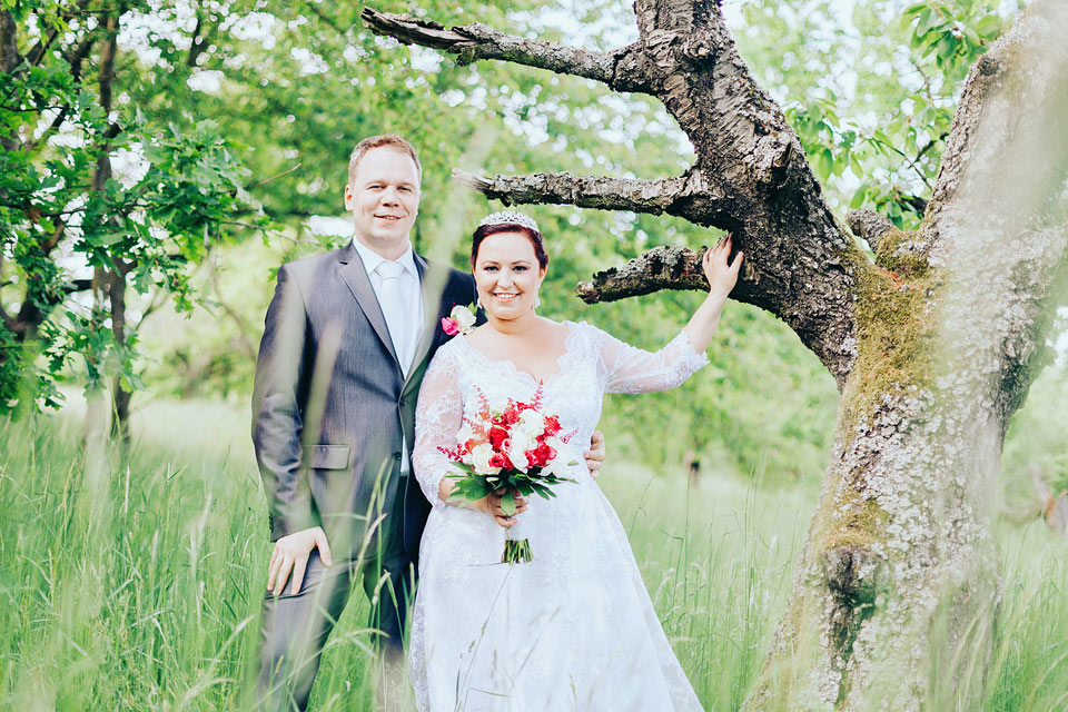 Portrét nevěsty a ženicha v krásném sadu