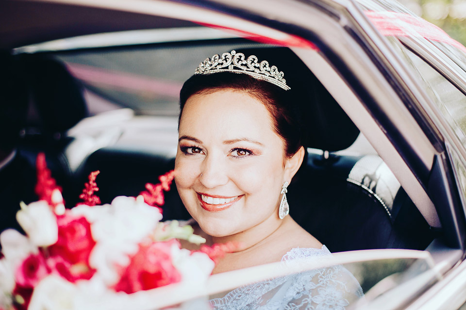 Portrét nevěsty v autě přes okénko