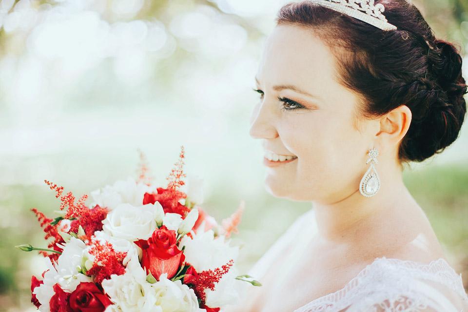 Svatební portrét nevěsty se svatební kyticí