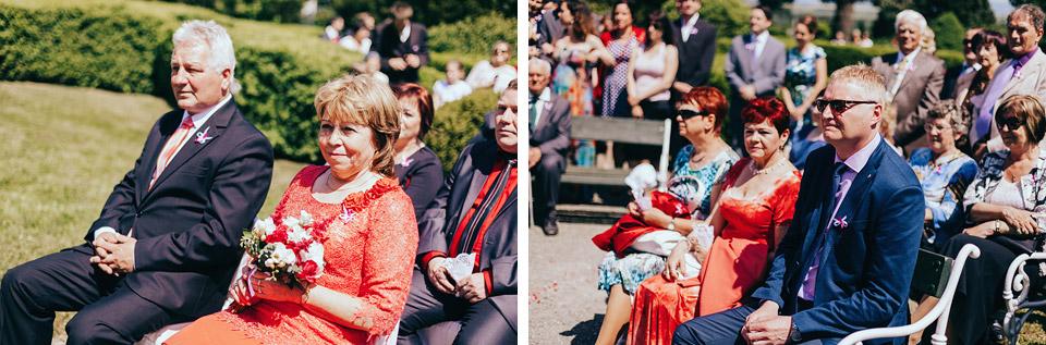 Svatební hosté přihlížejí nádhernému svatebnímu obřadu