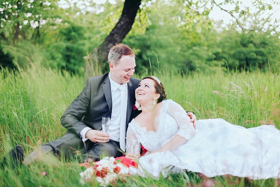 Svatební romantika v trávě uprostřed sadu