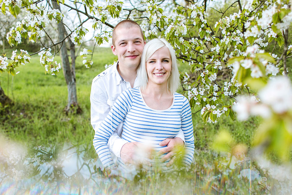 Těhotenský portrét v rozkvetlém sadu