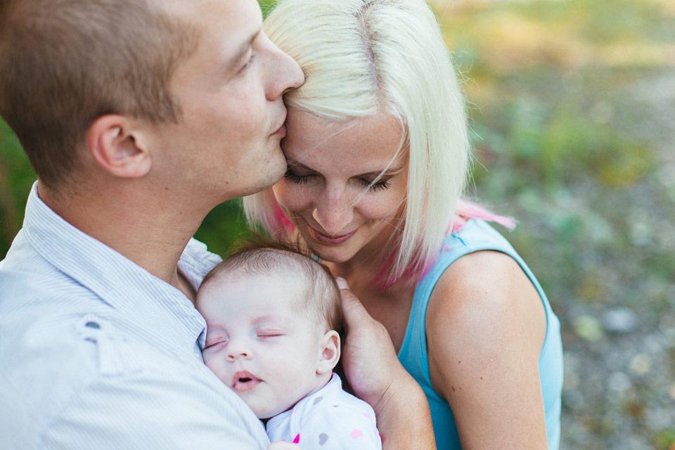 Fotka miminka a jeho rodičů v parku