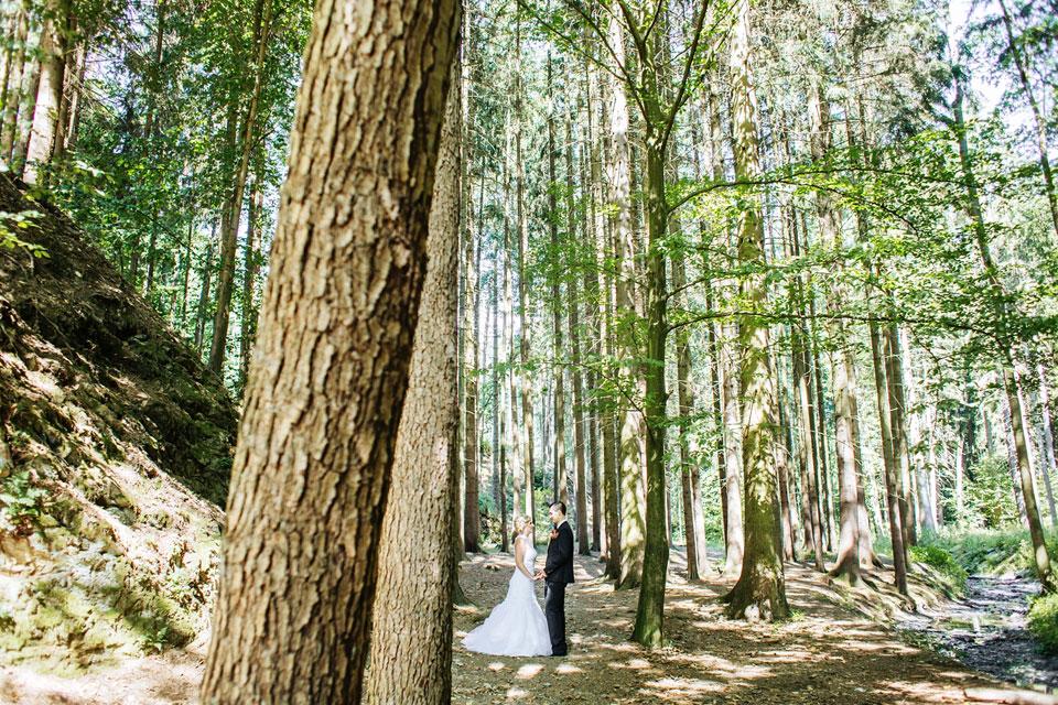 Minimalistický portrét nevěsty a ženicha v lese