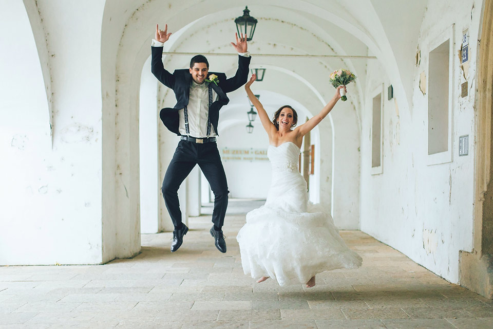 nevěsta a ženich radostí skáčou do výšky