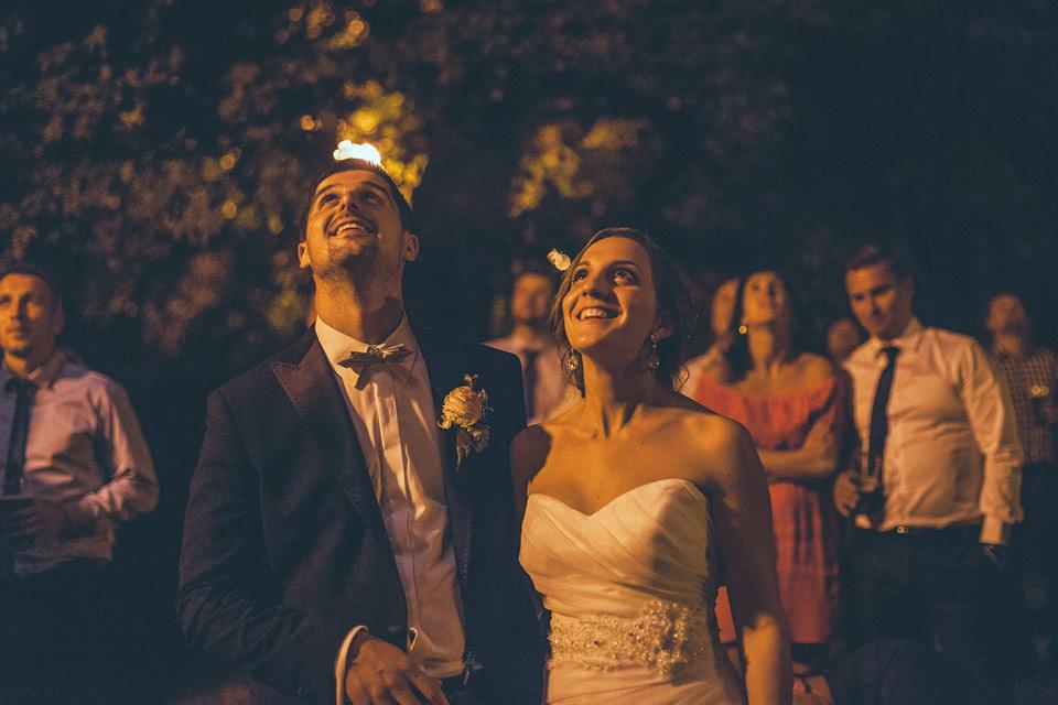 nevěsta a ženich se dívají na ohňostroj