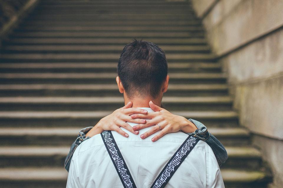 nevěsta něžne objímá ženicha na schodišti