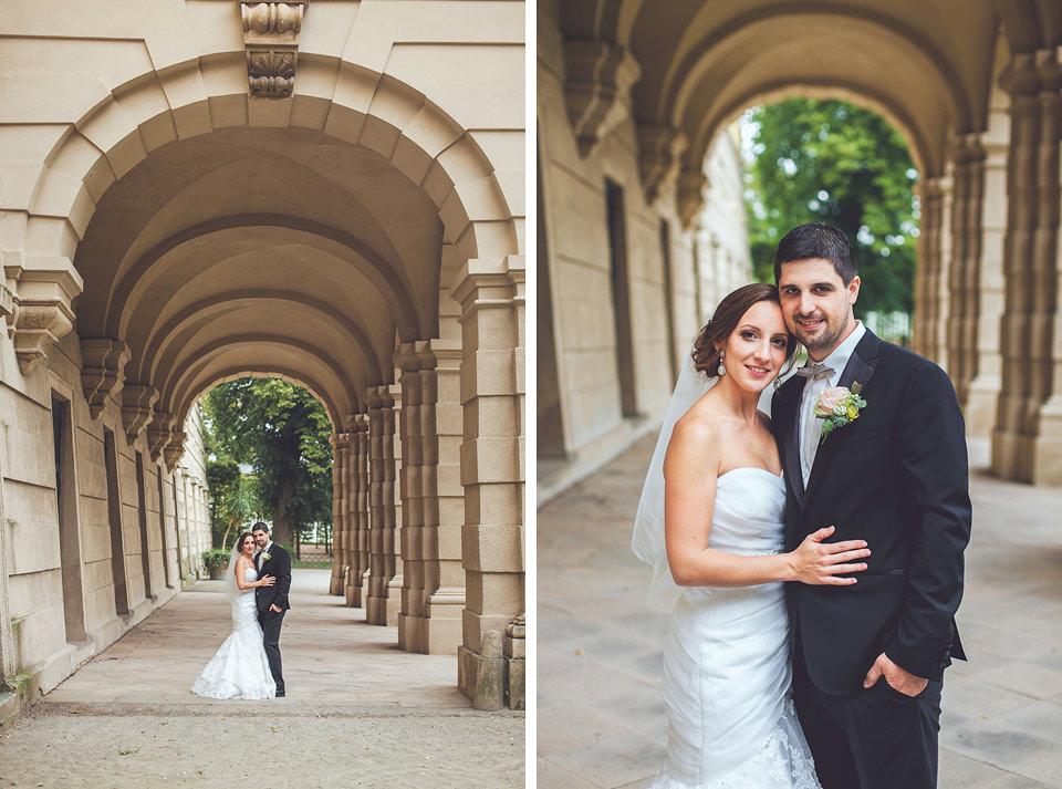 nevěsta s ženichem-pózují v podloubí kroměřížského zámku