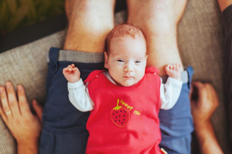 Newborn fotka s tatínekm