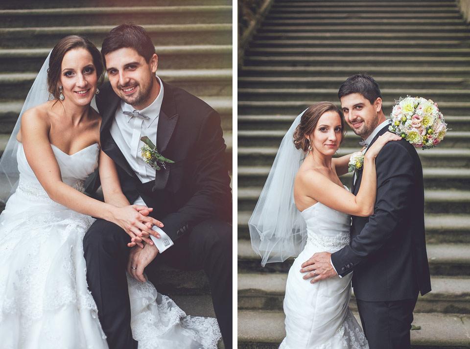 portrét nevěsty a ženicha na schodech