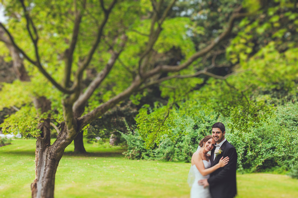 portrét nevěsty a ženicha pod stromem v parku