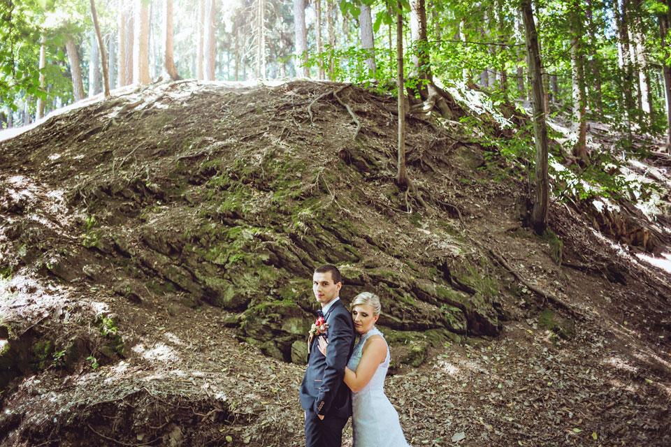 Portrét nevěsty a ženicha pod skalami