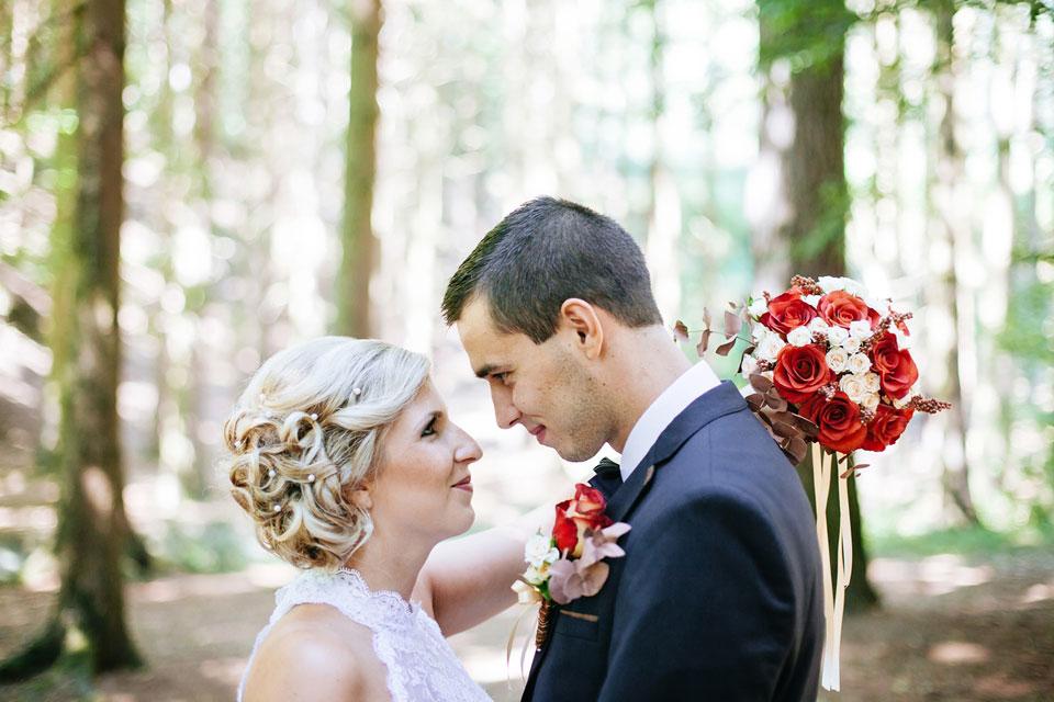 Portrét nevsty dívající se na ženicha