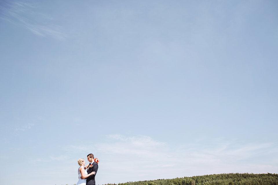 Portrét nevěsty a ženicha na poli