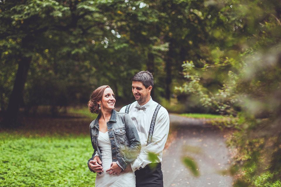 portrét ženicha a nevěsty v parku