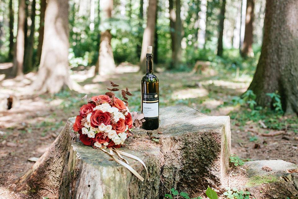 Zátiší se svatební kyticí a vínem