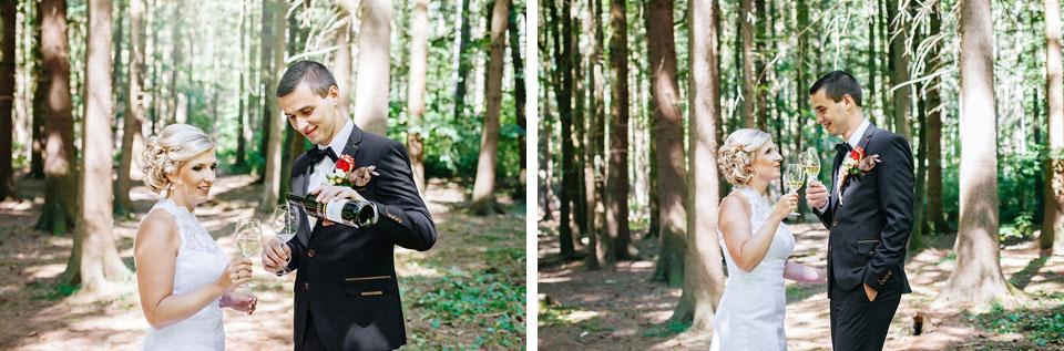Ženich a nevěsta si připíjejí vínem v lese
