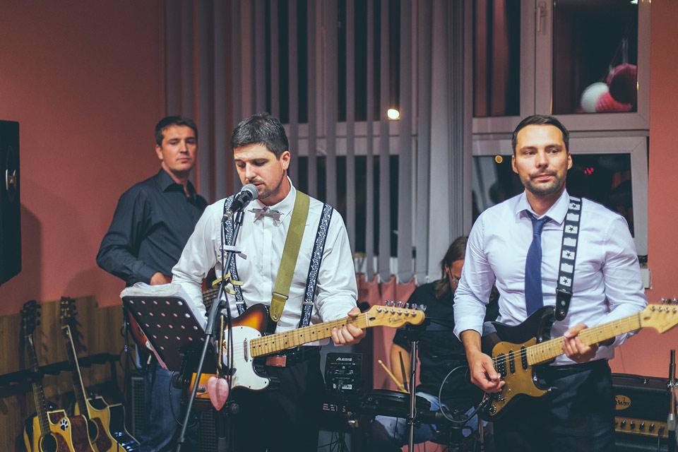 ženich zpívající a hrající na svatební párty
