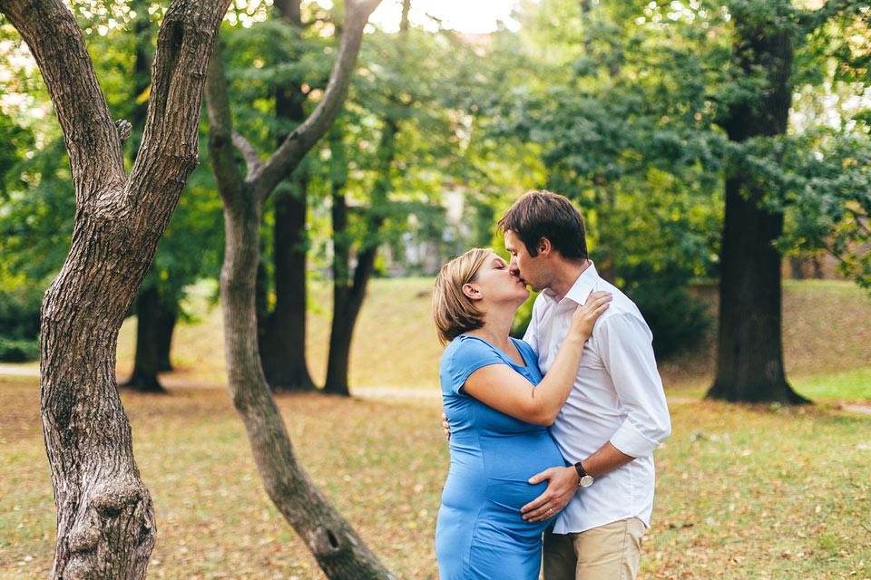 Romantická těhotenská fotografie z parku