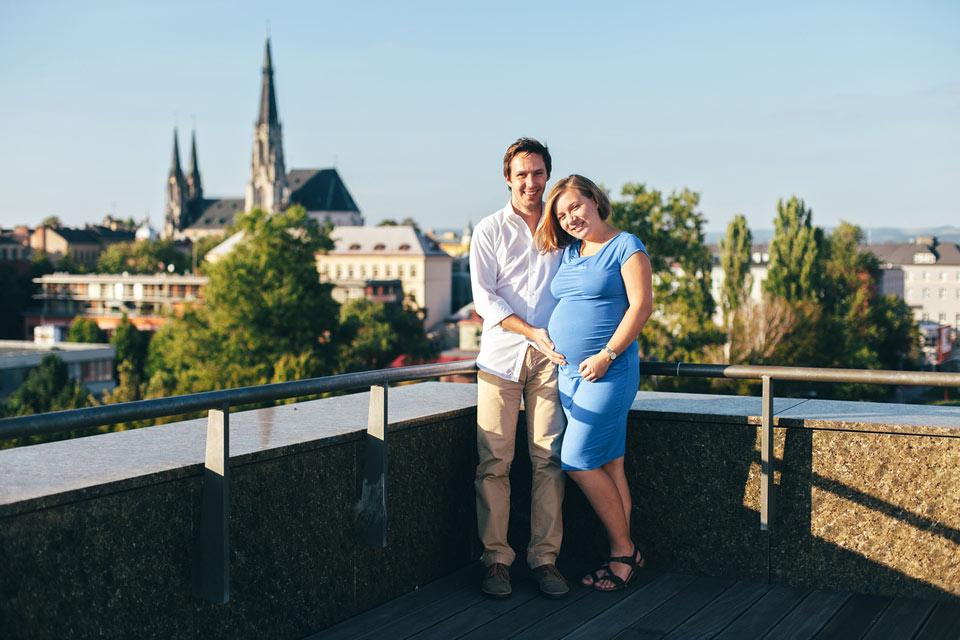 Těhotenská fotografie s pohledem na kostel sv. Václava