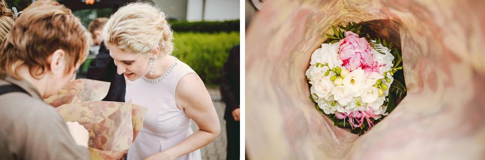 Hosté si prohlížejí kyticí nevěsty