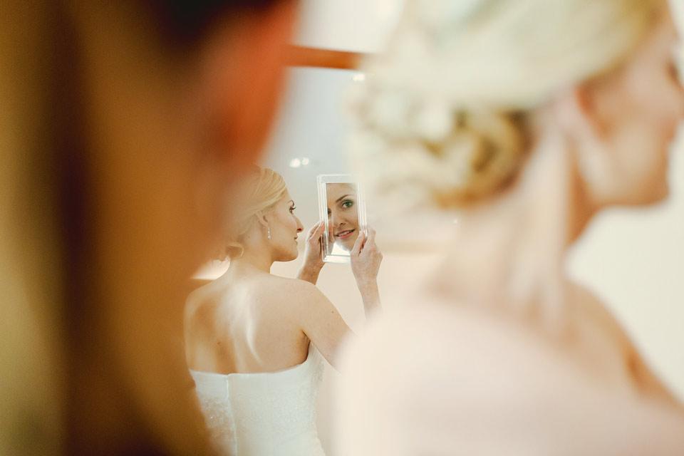 Fotografie odrazu nevěsty v zrcátku