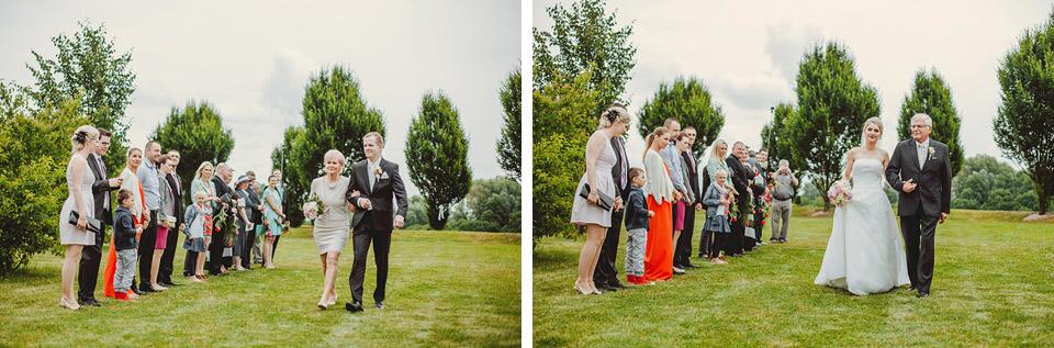 Ženich a nevěsta přicházejí na obřad na Prachárně
